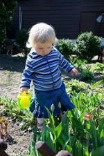 Kinga Kamińska podlewa kwiatki